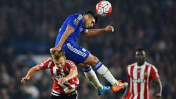 Pemain Chelsea Radamel Falcao merebu bola diatas punggung pemain Southampton James Ward- Prowse di Stadion  Stamford Bridge, Sabtu, (03/10/2015). Reuters / Dylan Martinez