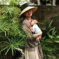 Chrissy Teigen tengah berlibur di Bali, ibu dua anak itu meminta agar mengirimkan bantuan untuk korban gempa di Lombok. (Instagram/chrissyteigen)