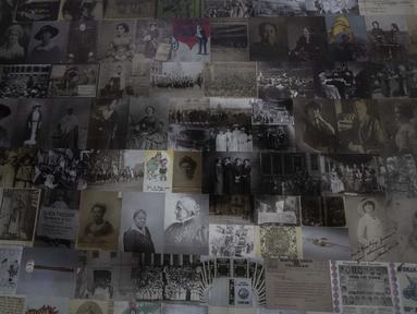Bagian yang menunjukkan mata kiri mosaik 1.000 kaki persegi Ida B. Wells dipajang di Washington's Union Station, Amerika Serikat, 29 Agustus 2020. Karya seni tersebut dipasang untuk menghormati ulang tahun ke-100 hak perempuan untuk memilih. (AP Photo/Manuel Balce Ceneta)