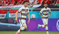 Aksi Diogo Jota dan Bruno Fernandes saat Portugal menghadapi Hungaria pada laga Grup F Euro 2020 di Puskas Arena, Selasa (16/6/2021). (AFP/BERNADETT SZABO)