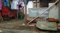 Sisa batu nisan makam Tan Tjin Kie di area pemukiman warga Cirebon (Liputan6.com / Panji Prayitno)