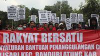Ratusan warga Desa Kalisari, Kecamatan Randublatung, Kabupaten Blora, Jawa Tengah menggeruduk balai desa menuntut transparansi penyaluran BLT. (Liputan6.com/ Ahmad Adirin)