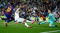 Penyerang Real Madrid, Mariano Diaz (tengah) mencetak gol melewati kiper Barcelona, Marc-Andre ter Stegen pada lanjutan pertandingan La Liga di Santiago Bernabeu, Minggu (2/3/2020).  Real Madrid membungkam Barcelona 2-0 dan merebut puncak klasemen dari Barcelona . (AP/Manu Fernandez)