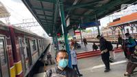 Penumpang menunggu KRL di Stasiun KA Manggarai, Jakarta, Selasa (1/12/2020). Menteri Perhubungan (Menhub) Budi Karya Sumadi menyebut nantinuya Manggarai akan menjadi pusat stasiun KA di Jabodetabek karena semua rute kereta yang ada di Jabodetabek akan bersinggungan di Manggarai. (Liputan6.com/Immanu