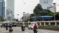 Helikopter TNI AU mengibarkan bendera Merah Putih raksasa di kawasan Gedung DPR RI, Jakarta, Selasa (5/10/2021). Bendera yang dikibarkan berukuran 30 x 20 meter. (Liputan6.com/Faizal Fanani)