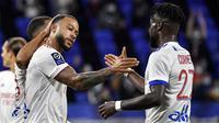 Penyerang Olympique Lyon, Memphis Depay, merayakan gol yang dicetaknya ke gawang Dijon pada laga Ligue 1 di Stadion Groupama, Sabtu (29/8/2020) dini hari WIB. Lyon menang 4-1 atas Dijon. (AFP/Philippe Desmazes)