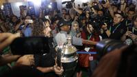 Legenda Barcelona, Carles Puyol, membawa trofi Liga Champions saat jumpa fans di Jakarta, Senin (11/3). Jumpa fans ini dalam rangka UEFA Champions League Trophy Tour di Indonesia. (Bola.com/Vitalis Yogi Trisna)