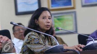 Menteri BUMN Rini Sumarno memberikan paparannya dengan para direktur Perusahaan BUMN saat jumpa pers di Jakarta, (25/7). Acara halal bihalal tersebut sekaligus memaparkan kinerja para perusahaan BUMN pada periode tahun ini. (Liputan6.com/Angga Yuniar)