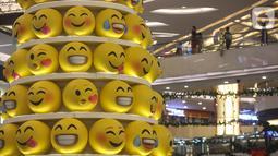 Pohon Natal dengan konsep Joypixels Emoji menghiasi atrium Lippo Mall Kemang,  Jakarta Sabtu (14/12/2019). Pohon yang terdiri atas 200 Joypixels Emoji mengajak keluarga merasakan pengalaman pada liburan natal dan tahun baru. (Liputan6.com/Fery Pradolo)