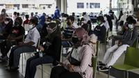 Warga menunggu untuk menjalani vaksinasi COVID-19 gratis di Stasiun MRT, Jakarta, Jumat (23/7/2021). Berdasarkan data Kementerian Kesehatan per 22 Juli 2021 pukul 12.00 WIB, 42.868.023 orang telah divaksin dosis pertama dan 16.713.406 orang telah divaksin dosis kedua. (Liputan6.com/Johan Tallo)