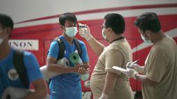 Pemain Timnas Indonesia U-19, Mochammad Supriadi, melakukan pengecekan suhu tubuh sebelum mengikuti sesi latihan di Stadion Madya, Jakarta, Jumat (7/8/2020) sore WIB. Sebanyak 24 pemain Timnas Indonesia jalani latihan perdana dengan mengikuti protokol kesehatan. (dok.PSSI)