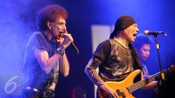Ahmad Albar dengan leluasa menyajikan aksi panggung Gebyar Rock 2015, Solo, Selasa (24/11/2015). Usia boleh terbilang uzur, namun Iyek, panggilan akrab Ahmad Albar ini masih tetap jingkrak-jingkrak sembari menyanyi. (Liputan6.com/ Reza Kuncoro)
