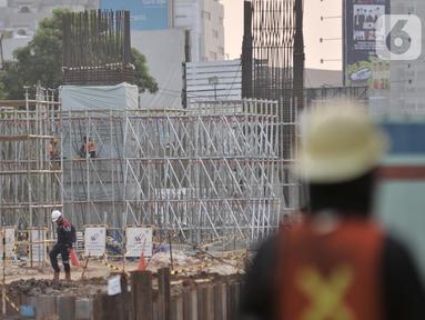 Aktivitas pekerja menyelesaikan pembangunan Tol Becakayu (Bekasi, Cawang, Kampung, Melayu) seksi 2A di Bekasi, Jawa Barat, Kamis (31/10/2019). Ruas tol Seksi 2A yang memiliki panjang 4,83 Km meliputi wilayah Bekasi Barat sampai dengan Jalan Veteran Bekasi Selatan. (merdeka.com/Iqbal S. Nugroho)
