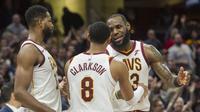 Pebasket Cleveland Cavaliers, LeBron James dan Jordan Clarkson, merayakan kemenangan atas New Orleans Pelicans pada laga NBA di Quicken Loans Arena, Sabtu (31/3/2018). Cavaliers menang 107-102 atas Pelicans. (AP/Phil Long)