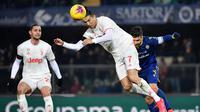 Cristiano Ronaldo mencoba manfaatkan peluang Juventus saat melawan Hellas Verona (MARCO BERTORELLO / AFP)