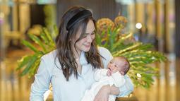 Penampilan pertamanya usai melahirkan pun terlihat saat ia melakukan konferensi pers di Rumah Sakit. Ia nampak cantik mempesona dihadapan para wartawan saat melakukan konferensi. Meski baru saja melahirkan anak pertamanya. (Liputan6.com/IG/@shandyaulia)