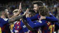 Para pemain Barcelona merayakan gol yang dicetak oleh Gerard Pique ke gawang Valencia pada laga La Liga di Stadion Camp Nou, Sabtu (14/9). Barcelona menang 5-2 atas Valencia. (AP/Joan Monfort)
