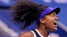 Reaksi petenis Jepang Naomi Osaka saat menghadapi Victoria Azarenka dari Belarusia pada laga final AS Terbuka di Arthur Ashe Stadium, New York, Sabtu (12/9/2020). Naomi Osaka menjadi juara AS Terbuka 2020 lewat pertarungan tiga game dengan skor 1-6, 6-3, 6-3. (AP/Seth Wenig)
