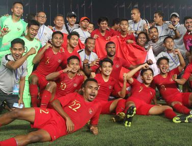 Para pemain Timnas Indonesia merayakan gelar juara Piala AFF U-22 2019 setelah mengalahkan Thailand pada laga final. (Bola.com/Zulfirdaus Harahap)