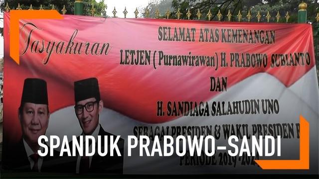 Warga Cakung lakukan tasyakuran dan memasang spanduk kemenangan Prabowo-Sandi. Di wilayah ini, Prabowo-Sandi menang perolehan suara.