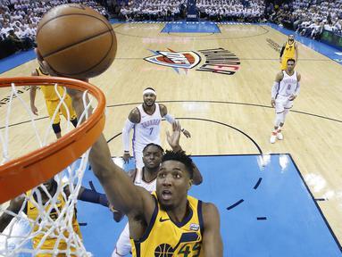 Pebasket Utah Jazz, Donovan Mitchell, memasukkan bola saat pertandingan melawan Oklahoma City Thunder pada gim kedua play-off NBA Wilayah Barat, Rabu (18/4/2018). Jazz menang 102-95 atas Thunder. (AP/Sue Ogrocki)