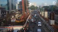 Kendaraan melintas di lokasi kebocoran pipa gas di depan Kantor BNN, Cawang, Jakarta, Kamis (15/3). Pipa gas milik Perusahaan Gas Negara (PGN) kembali bocor, diduga akibat pekerjaan proyek tiang pancang Light Rail Transit (LRT). (Merdeka.com/Imam Buhori)