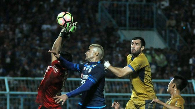 Cristian Gonzales gagal manfatkan peluang pada laga Arema vs Persib di Stadion Kanjuruhan, Malang, Sabtu (12/8/2017). (Bola.com/Iwan Setiawan)