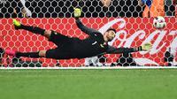 Rui Patricio - Pemain Portugal ini melakukan cleansheet sebanyak enam kali sepanjang putaran final Piala Eropa. Ia bermain sebanyak 1200 menit pada Euro 2008,2012, dan 2016 dan mencatat sembilan kali kebobolan. (Foto: AFP/Bertrand Langlois)