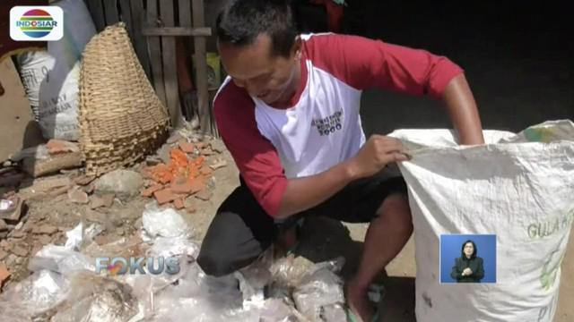 Prihatin sampah plastik menumpuk, perajin genteng di Sukoharjo, Jawa Tengah, kelola sampah jadi bahan bakar alternatif dengan hanya belajar dari internet.