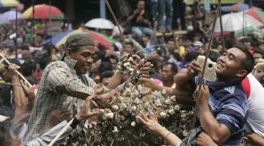 Warga memadati halaman Masjid Agung Keraton Kasunanan Surakarta untuk memperebutkan gunungan sekaten, Solo, Jawa Tengah, Kamis (24/12). Ribuan warga saling berebut enam buah gunungan untuk memperingati hari lahir Nabi Muhammad SAW (Boy Harjanto)