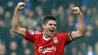 5. Steven Gerrard (Liverpool) – Pria asal Inggris ini merupakan gelandang yang mempunyai tendangan keras dan terukur. Meski gagal meraih gelar Liga Inggris tapi dia berhasil mempersembahkan gelar Liga Champions untuk Liverpool. (AFP/Paul ELlis)
