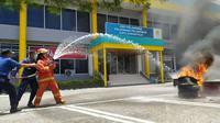 Simulasi pemadam kebakaran di Gedung PLN Gorontalo (Arfandi Ibrahim/Liputan6.com)