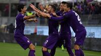 Para pemain Fiorentina merayakan gol Jordan Veretout (tengah) saat melawan AS Roma pada laga Serie A di Artemio Franchi stadium, Florence, (5/11/2017). AS Roma menang 4-2. (AFP/Tiziana Fabi)