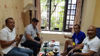 Pelatih Madura United FC yang juga Exco Asosiasi Pelatih Sepakbola Seluruh Indonesia (APSSI), Rahmad Darmawan bersama dan mantan kiper PSMS junior, Soerbakti SH berkunjung ke kediaman Yudo (Ist)