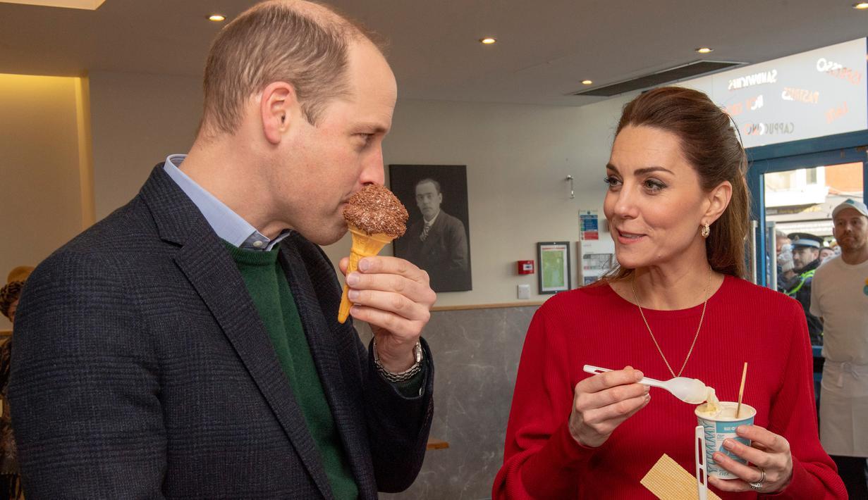 Pangeran William dan Kate Middleton mencicipi es krim saat mengunjungi Joe's Ice Cream di kawasan Mumbles, Wales Selatan, Selasa (4/2/2020). William dan Kate Middleton tengah dalam kunjungan ke kawasan Wales Selatan saat mampir ke Joe's Ice Cream. (ARTHUR EDWARDS/POOL/AFP)