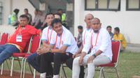 Pelatih Persiraja Banda Aceh, Akhyar Ilyas (paling kanan). (Bola.com/Ronald Seger)