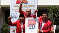Ketua Umum PKPI AM Hendropriyono memegang plakat nomor urut 20 sambil mengepalkan tangan ke atas saat meninggalkan kantor KPU, Jakarta, Jumat (13/4). PKPI resmi menjadi partai peserta pemilu dengan nomor urut 20. (Liputan6.com/Angga Yuniar)