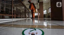 Petugas dari Kelurahan Keagungan menyemprotkan cairan disinfektan di Masjid Jami Baitussalam, Jakarta Barat, Jumat (8/1/2020). Penyemprotan disinfektan di setiap sudut masjid yang sering digunakan oleh jemaah tersebut untuk mencegah penyebaran virus Corona COVID-19. (Liputan6.com/Johan Tallo)