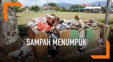 Akibat petugas kebersihan belum digaji hingga dua bulan, sampah banyak menumpuk di pinggir jalan Kotamobagu, Sulawesi Utara.  Kondisi ini mengganggu masyarakat yang merasa sampah menimbulkan aroma yang tak sedap.