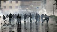 Suporter Lazio bentrok dengan polisi jelang final Copa Italia (Massimo Percossi/AP)