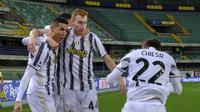 Bintang Juventus Cristiano Ronaldo merayakan golnya bersama rekan-rekannya ke gawang Hellas Verona dalam lanjutan Liga Italia di Bentegodi Stadium, Minggu (28/2/2021) dini hari WIB. (Paola Garbuio/LaPresse via AP)