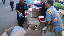 Koordinator Nasional Relawan GOJO (Golkar Jokowi) Rizal Malarangeng (batik) memberikan makanan berbuka kepada para aparat yang melakukan penjagaan gedung KPU, Menteng, Jakarta Pusat, Kamis (23/5/). (Liputan6.com/Angga Yuniar)