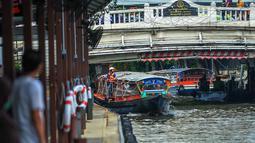 """Sebuah perahu berlayar di kanal di Bangkok, ibu kota Thailand, pada 2 September 2020. Bangkok memiliki banyak sungai dan kanal yang berliku-liku, sehingga membuat kota tersebut dijuluki """"Venesia dari Timur"""". (Xinhua/Rachen Sageamsak)"""