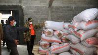 Bupati Musi Banyuasin Dodi Reza Alex Noerdin, saat meninjau gudang beras di Musi Banyuasin Sumsel (Dok. Humas Pemkab Musi Banyuasin / Nefri Inge)