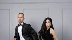 Seperti pasangan pada umunya, Bima Aryo dan Rasyena Hikmayudi juga melakukan foto prewedding. Kali ini mereka terlihat elegan saat mengenakan pakian yang bernuansa hitam. (Liputan6.com/IG/@rasyenahikmayudi)