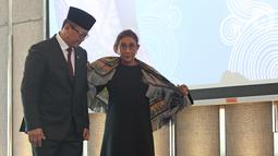 Edhy Prabowo bersama Susi Pudjiastuti menjelang acara serah terima jabatan (Sertijab) Menteri Kelautan dan Perikanan di Kantor KKP, Jakarta, Rabu (23/10/2019). Edhy yang merupakan politisi Partai Gerindra menggantikan Susi pada Kabinet Indonesia Maju periode 2019-2024. (Liputan6.com/Herman Zakharia)