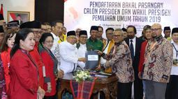 Bakal Calon Wakil Presiden, Ma'ruf Amin menyerahkan dokumen syarat pencalonan kepada Ketua KPU Arief Budiman di Jakarta, Jumat (10/8). Pasangan Jokowi-Ma'ruf Amin mendaftarkan diri sebagai capres-cawapres di Pilpres 2019 (Liputan6.com/Helmi Fithriansyah)