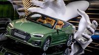 Audi A5 4.0 TDI Quattro dipamerkan dalam IAA Auto Show di Frankfurt, Jerman, Senin (9/9/2019). IAA Auto Show terbuka untuk umum pada 12 September 2019. (AP Photo/Michael Probst)