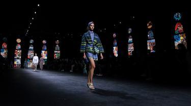 Seorang model mengenakan kreasi untuk koleksi busana edisi semi-musim panas 2021 Dior selama Paris Fashion Week pada Selasa (29/9/2020). Paris Fashion Week digelar kembali di tengah pandemi COVID-19 dan berlangsung mulai dari 28 September hingga 6 Oktober 2020. (Vianney Le Caer/Invision/AP)