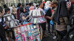 Petugas Satpol PP menertibkan PKL yang berdagang di kawasan Car Free Day, Bundaran HI, Jakarta, Minggu (5/5/2019). Kurangnya pengawasan menyebabkan banyak PKL berjualan tidak pada tempat yang telah di sediakan Pemprov DKI sehingga mengganggu aktivitas warga berolahraga. (Liputan6.com/Faizal Fanani)